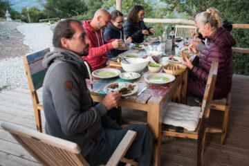Gruppe sitzt am Tisch und isst