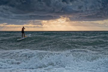Stand Up Paddler auf Meer