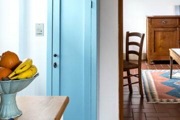 hellblauer Holzschrank in Zimmer mit Obstschale