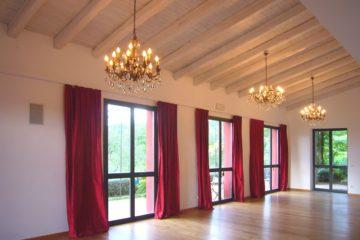 Saal mit roten Vorhängen und Kronleuchtern