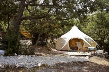 Zelt von Außen und Hängematte im Baum