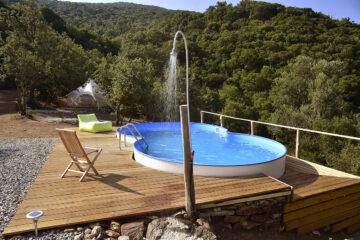 Pool mit Dusche und Zelt im Hintergrund