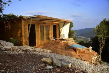 Holzbungalow mit kleiner Terrasse