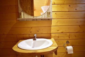 Holzvertäfelung und Waschbecken