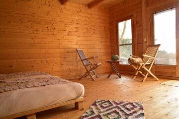 Zimmer komplett in Holz mit Bett und zwei Stühlen mit Tisch