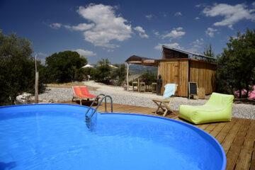 Pool mit kleiner Außenanlage und Buddha