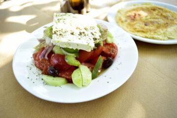 Griechischer Salat und Omelette