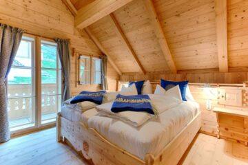 Schlafzimmer mit Doppelbett und Dachschräge