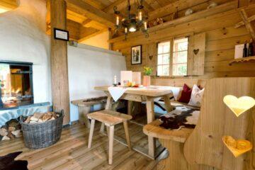 Stube mit Tisch, Eckbank und Ofen
