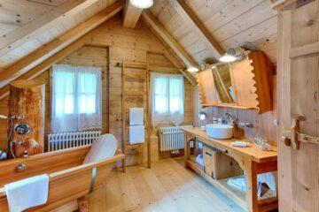 Bad mit Waschtisch, Wann und Dusche am Baumstamm angebracht