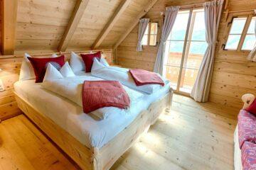 Schlafzimmer unter Dachschräge mit Balkon