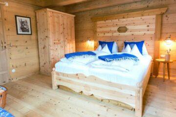 Doppelbett mit Schrank und Katzenbild