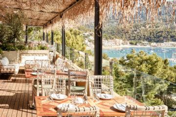 Terrasse mit Rattanmöbeln über Bucht
