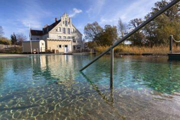 Schwimmteich und Blick auf Gutshof