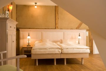 Schlafzimmer mit Doppelbett in hellem Holz