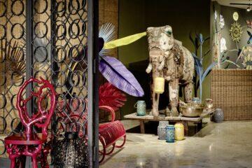 Elefant als Statue mit bunten Plastikpalmen und bunten Keramik-Windlichtern