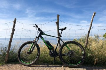 Mountainbike an Zaun gelehnt