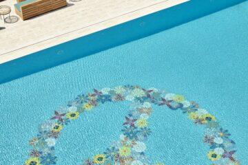 Peace-Zeichen aus Blumen am Boden des Pools