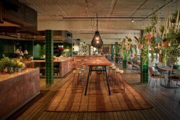 Raum mit Buffet, langer Tafel und vielen Pflanztöpfen die von der Decke hängen