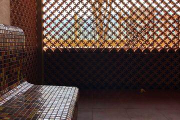 Saunabank mit Ornamentenwand nach draußen