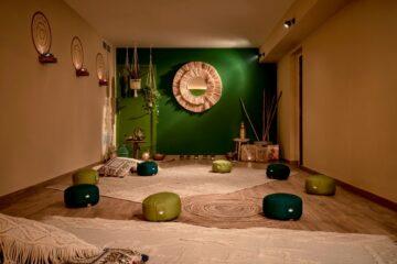 Yogaraum mit grüner Wand und Ocker
