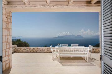 Pool mit Liegen und Seitenansicht der Villa