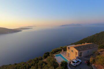 Blick auf Villa die über Bucht trohnt