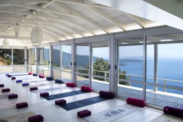 Yogakissen in Halle mit Fensterfront und Meerblick