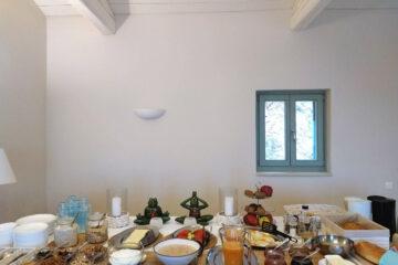 Frühstücksbuffet mit Müsli, Marmeladen, Obst und Brot