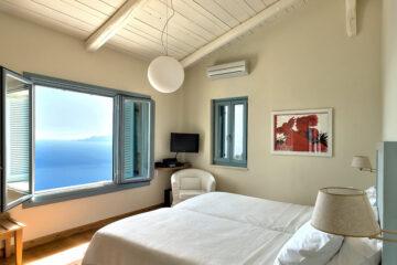 Zimmer mit Bett und Aussicht