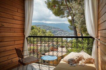 Balkon mit Stuhl, Tüsch und Tagbett mit Blick aufs Meer
