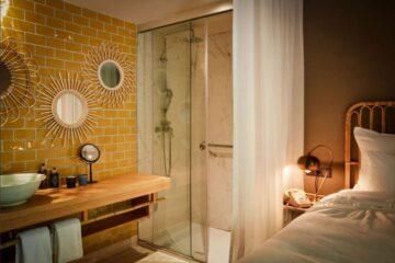 Zimmer mit gelb gefliester Waschablage
