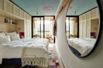 Zimmer mit Spiegel auf rechter Seite