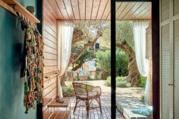 Blick vom Zimmer auf Terrasse und Garten