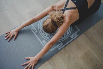 Frau auf Yoga-Matte