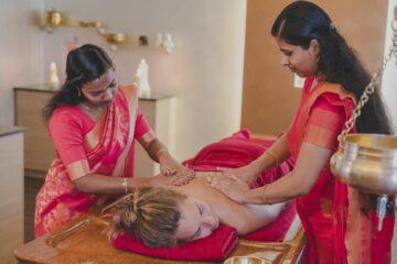 Zwei indische Ärztinnen behandeln Rücken einer Frau