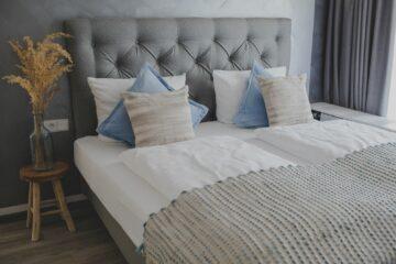 Doppelbett mit Kissen