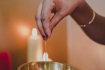 Hände ziehen Öl für Stringuss