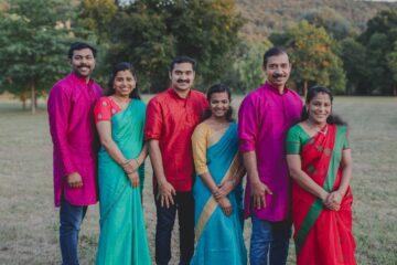 Indisches Ärzteteam in traditioneller Kleidung