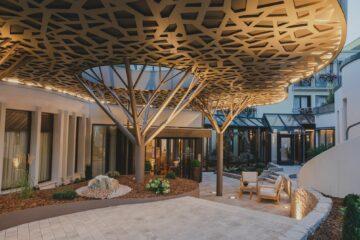 Goldener Baum-Konstruktion vor Eingangsbereich