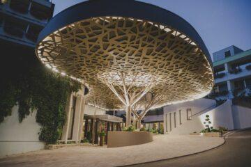 Außenbereich mit Metallbaum als Dach