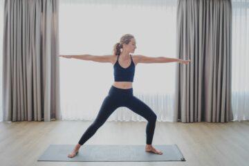 Frau macht Yoga-Pose