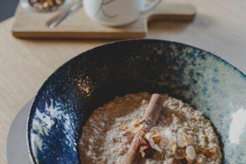 Teller mit Brei aus Korn und Blütentee