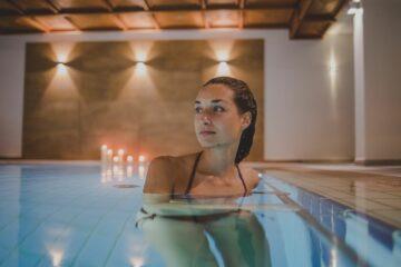 Frau im Wasser des Pools