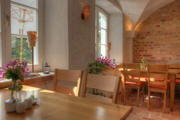 Frühstücksraum mit Gewölbedecke und Fenstern
