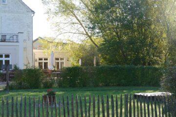Naturzaun und Garten am Gutshaus