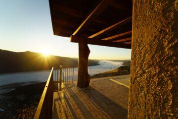 Sonnenaufgang über dem Berg von Terrasse aus