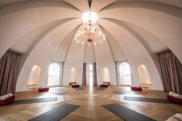 Yogaraum unter Kuppel mit Kristallüster