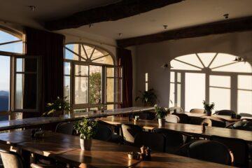 Sonne scheint durch geöffnete Fenster in Speiseraum