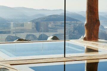 Pool spiegelt sich im Fenster